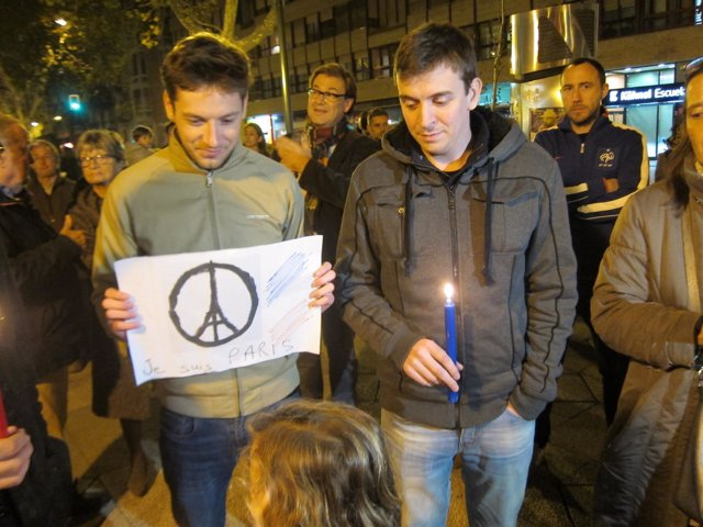 Concentración frente al Instituto Francés por los atentados de Paris