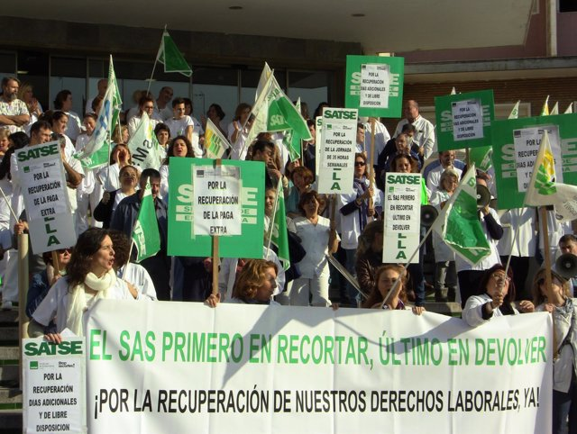 Manifestación ante el Hospital Virgen del Rocío