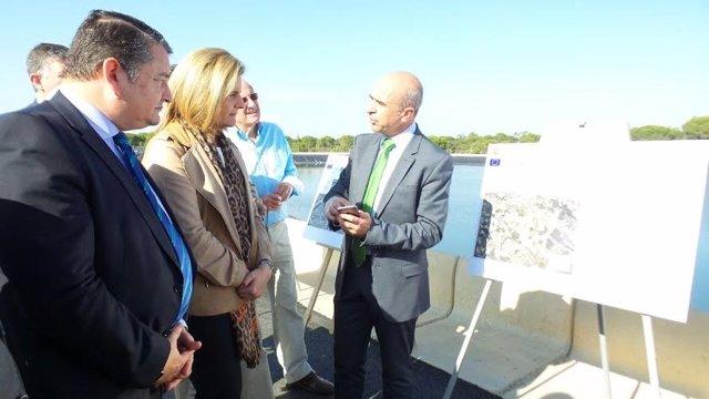 La ministra de Empleo, Fátima Báñez, visita obra del trasvase del Condado Huelva