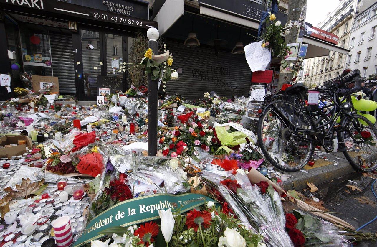 Velas y flores delante de restaurante La Belle Equipe, atentados París
