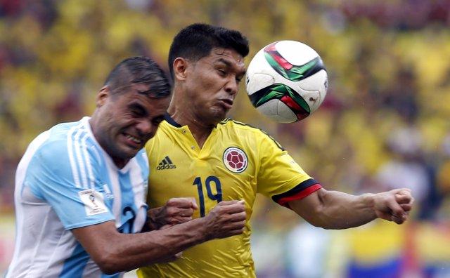 Gabriel Mercado y Teófilo Gutiérrez pelean en un Colombia - Argentina