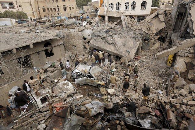 Zona bombardeada en Saná por la coalición