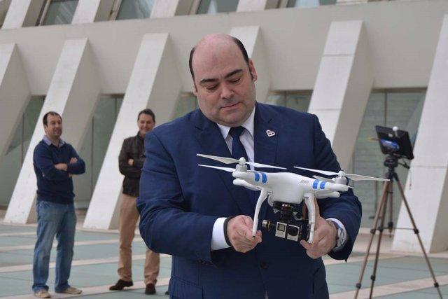Agustín Iglesias Caunedo probando un drone