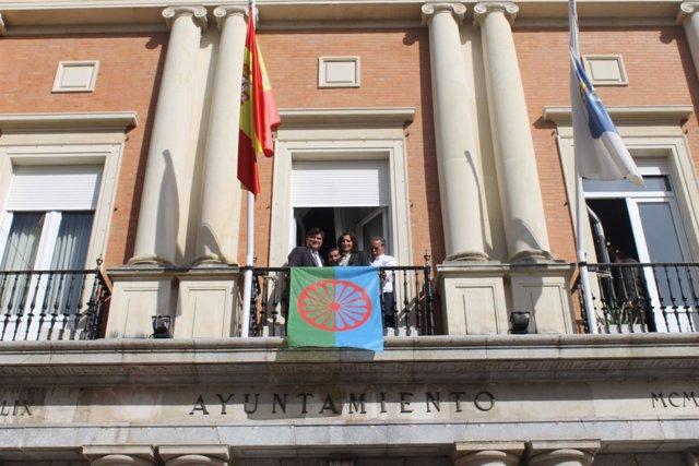 La bandera gitana ondea en el Ayuntamiento de Huelva.