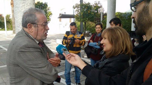 Luis Carlos Rejón atiende a los medios