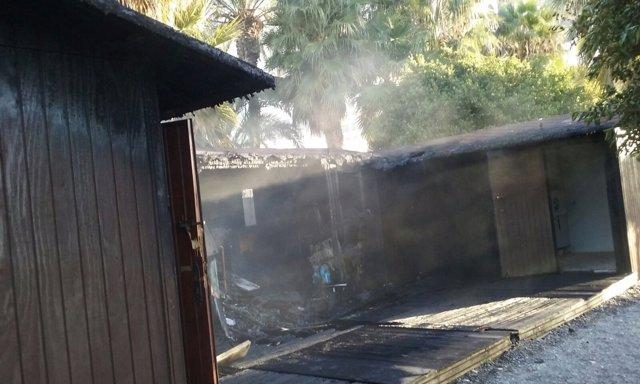 Módulos de playa quemados en Almuñécar (Granada)