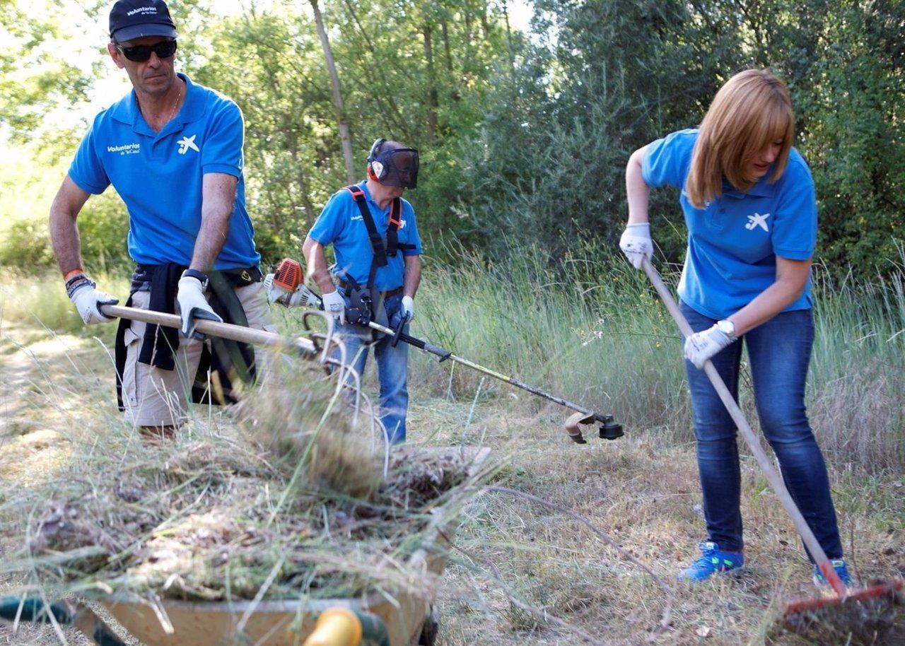 Voluntarios de la Caixa participando en una de las actividades solidariarias,