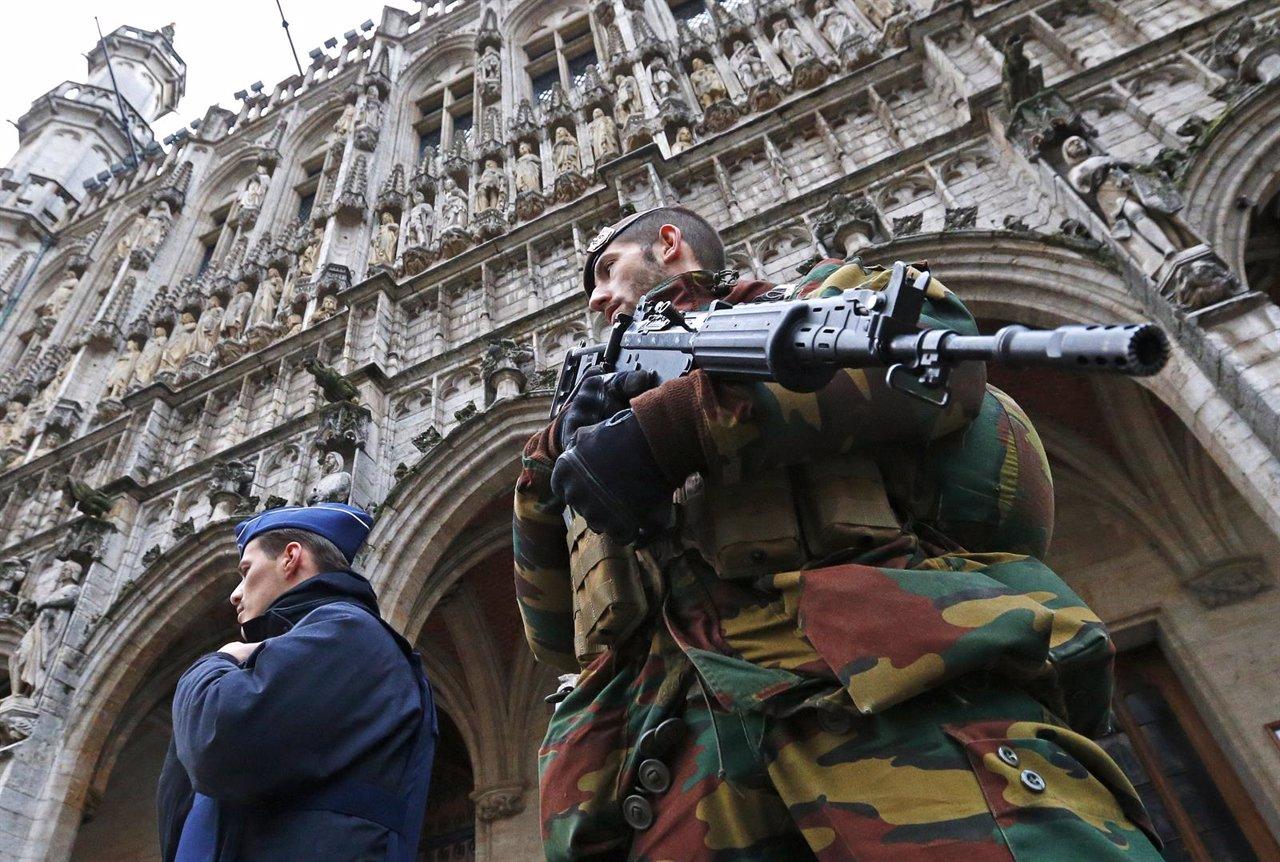 Un soldado belga y un agente de la policía vigilan la Grande Place de Bruselas