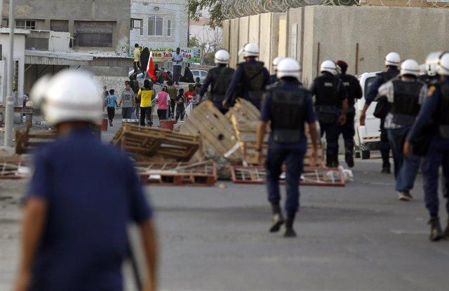 Fuerzas de seguridad de Bahréin durante una manifestación en Budaiya