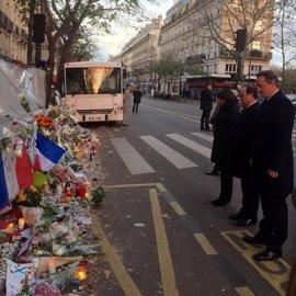 Cameron rinde homenaje a las víctimas de los atentados de París junto a Hollande