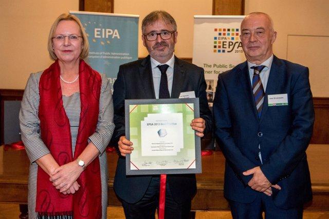 Ignacio Yurrss, en el centro, posa con el premio.