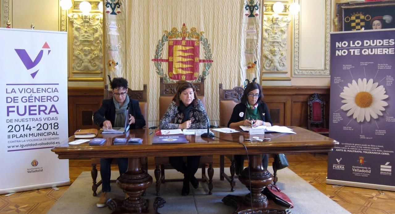 Rafi Romero (i), Victoria Soto (c) y Rocío López (d) presentan los actos