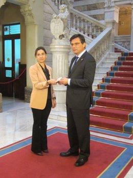 Dolores Carcedo entrega los presupuestos a Pedro Sanjurjo.