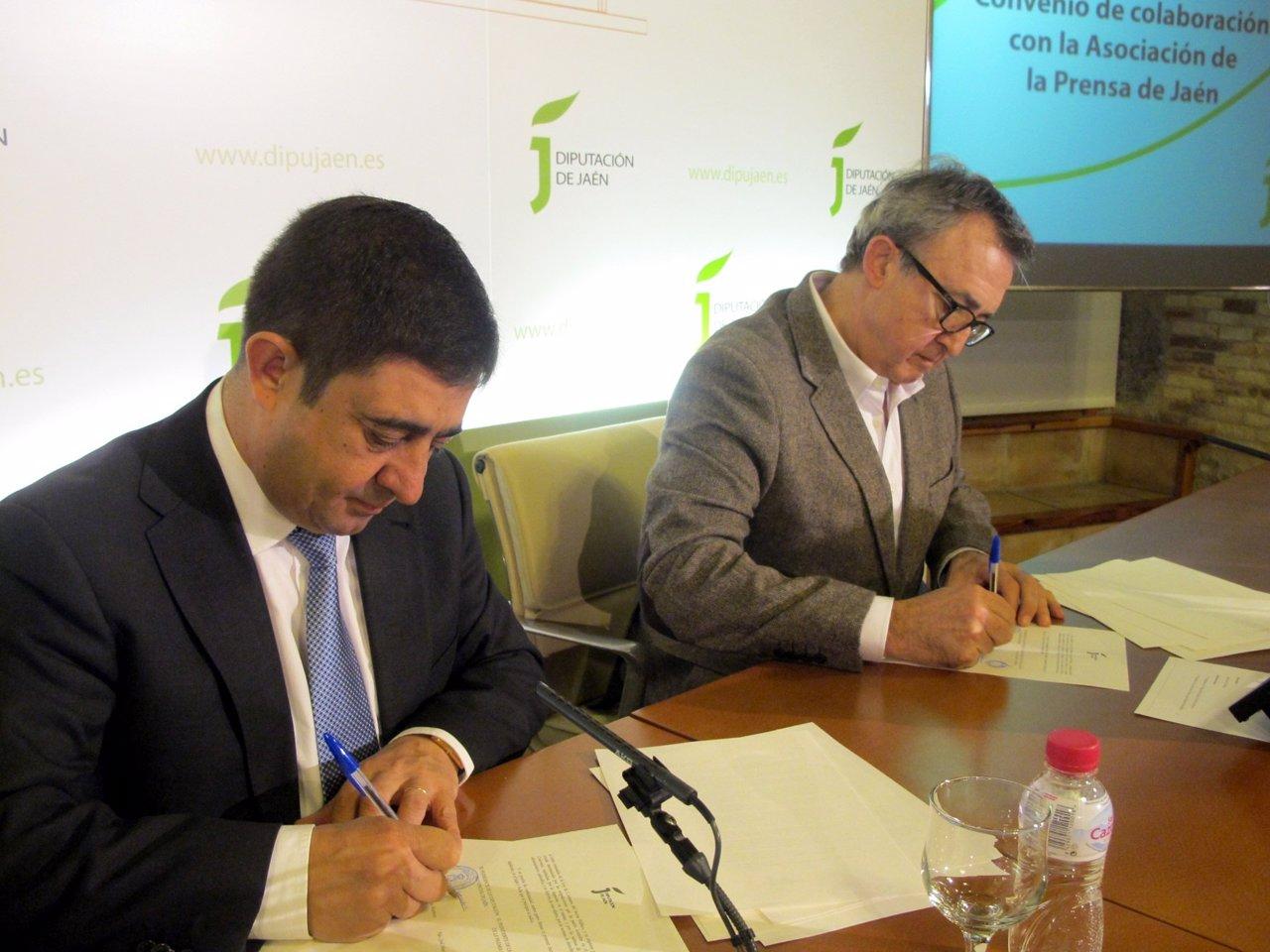 Firman del convenio para la edición especial de la 'Hoja del Lunes'.