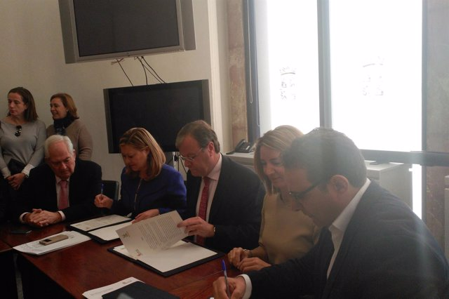 Firma del convenio entre las Consejerías de Familia e Igualdad, Economía y Hacie