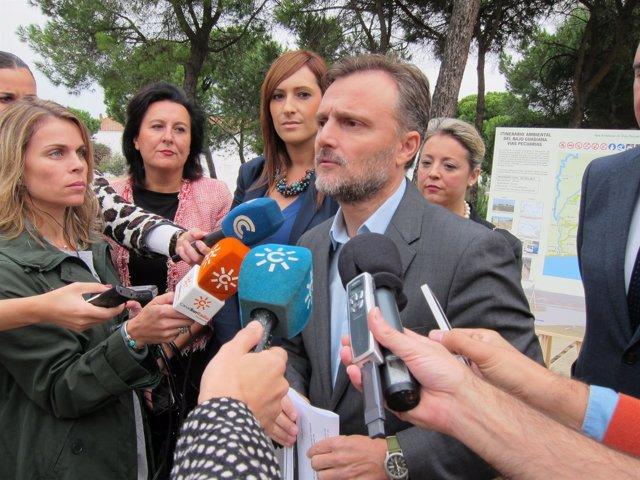 El consejero de Medio Ambiente, José Fiscal, en La Rábida.