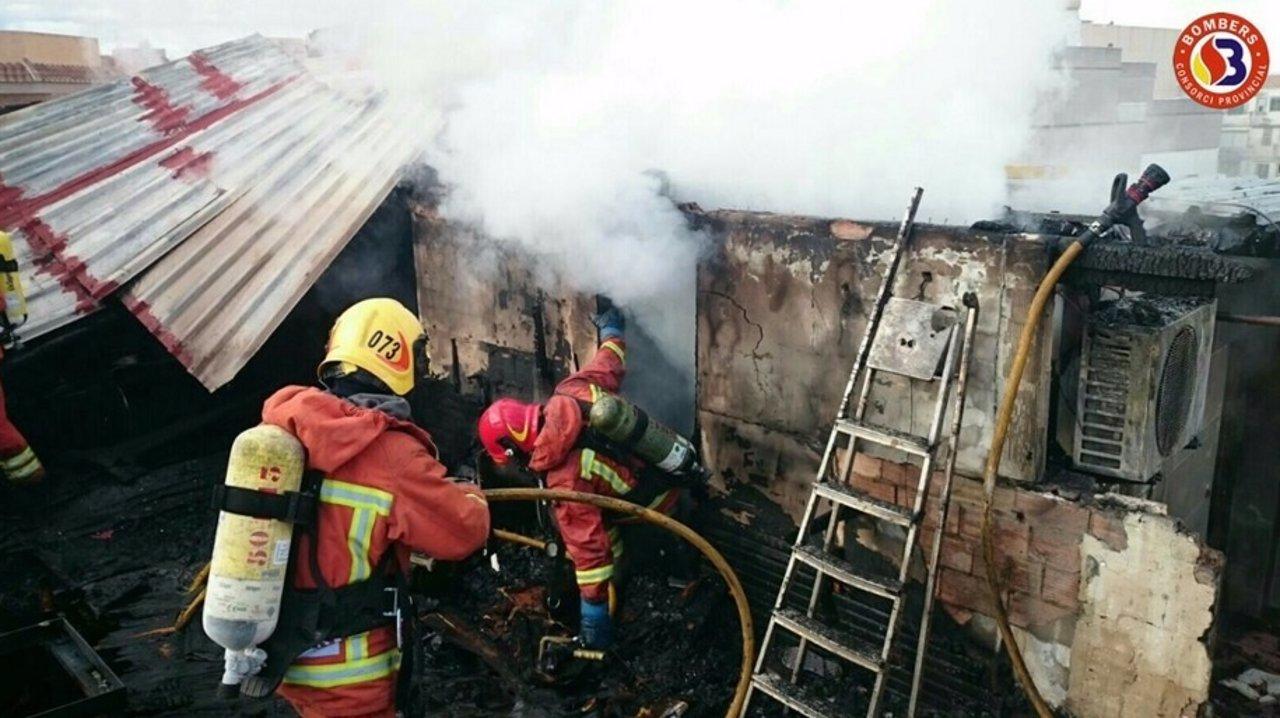Los bomberos extinguen un fuego en Carcaixent