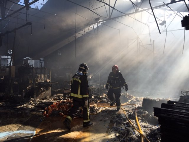 Bomberos intervienen en incendio de una fábrica en El Palmar