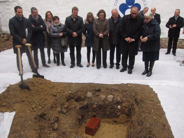 Las autoridades contemplan la primera piedra del futuro centro