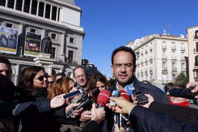 Antonio Hernando participa en un reparto de información electoral por Madrid