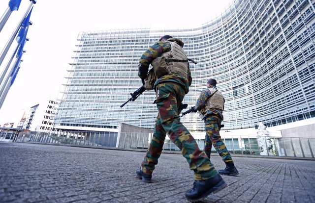 Soldados belgas frente a la Comisión Europea