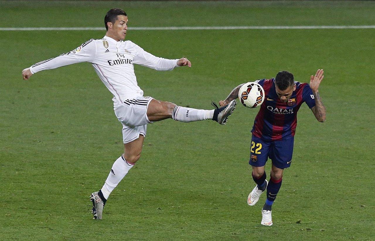 Cristiano Ronaldo (Real Madrid) y Dani Alves (Barcelona) en un Clásico