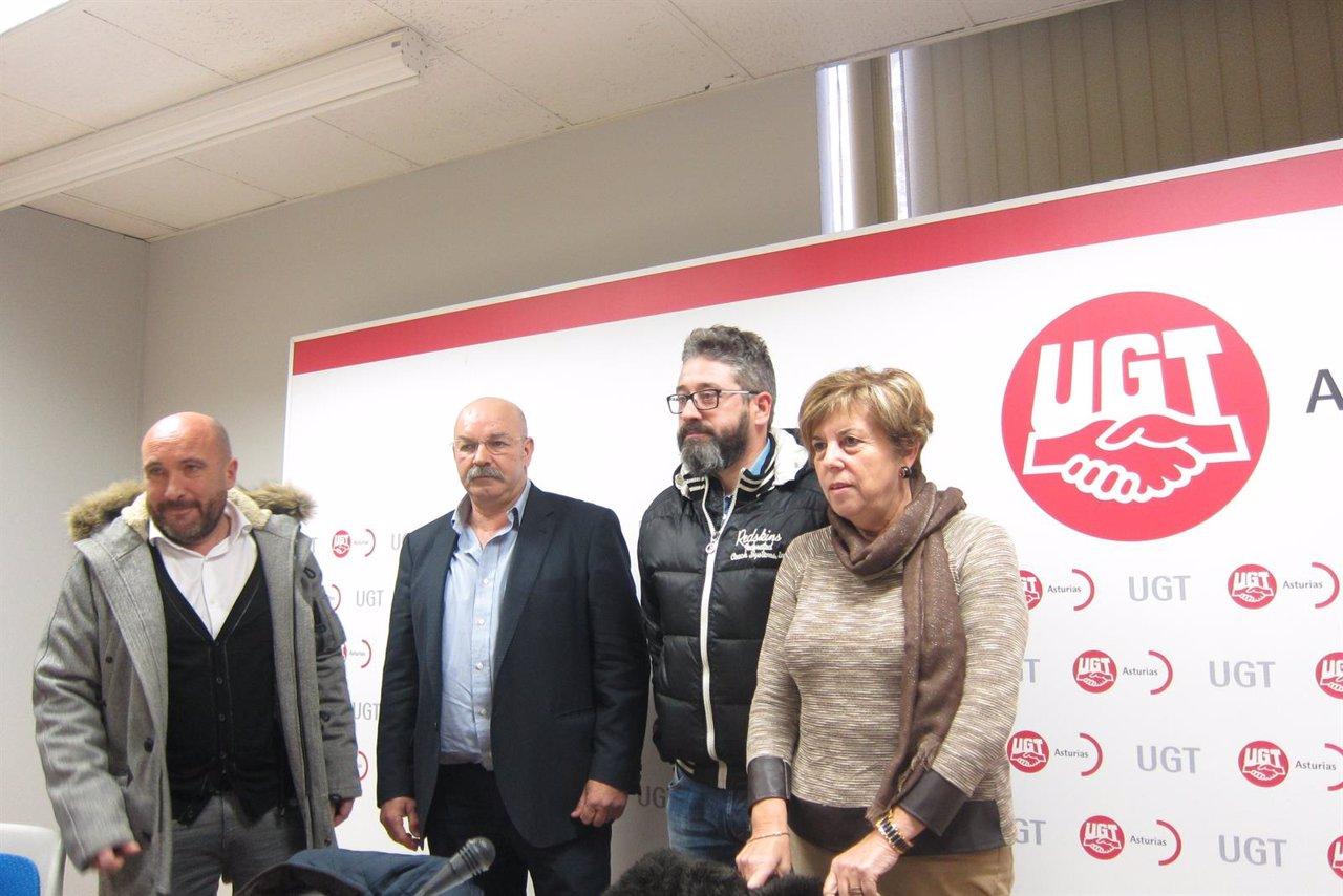 Los representantes de CCOO y UGT durante la rueda de prensa