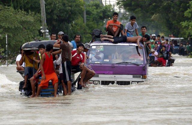 Víctimas del tifón 'Lando' en Filipinas
