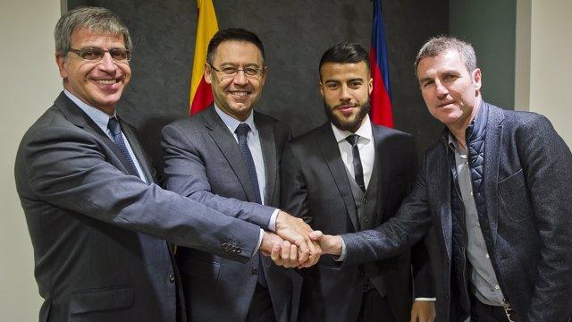 Rafinha junto a Bartomeu y Roberto en su renovación con el FC Barcelona