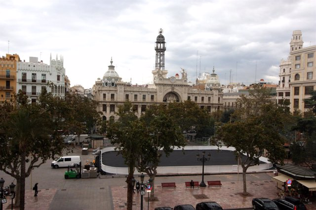 Montaje de la pista de hielo en la plaza del ayuntamiento de Valencia