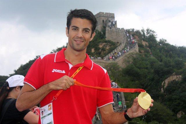 Miguel Ángel López con la medalla de oro en Pekín