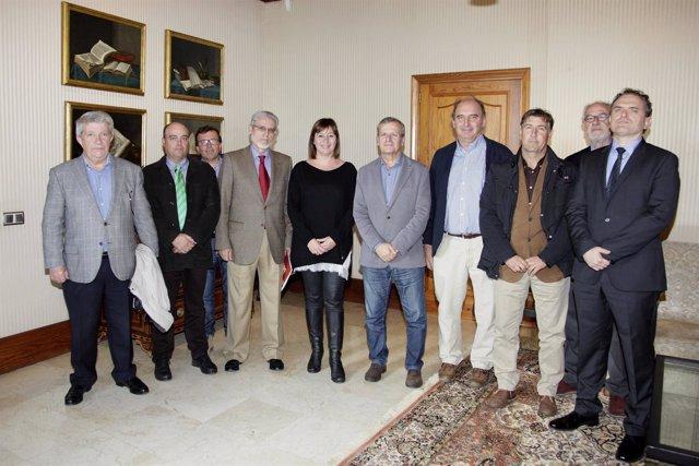 La presidenta del Govern junto a representantes de la Asociación de Constructore