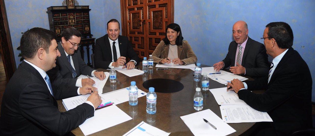 Reyes (i) en la reunión con representantes de otras cinco diputaciones andaluzas