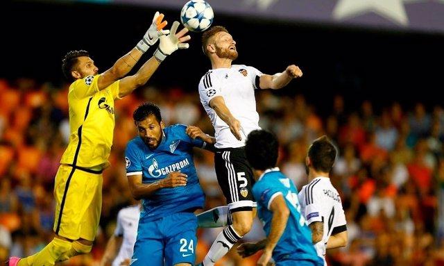 Mustafi intenta rematar en el Valencia-Zenit de la ida