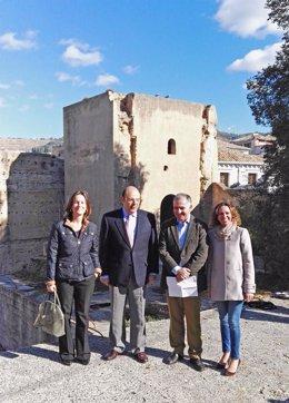 Miembros del PP de Granada junto a una de las murallas del Albaicín.
