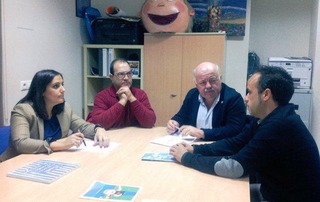 Jurado (izda.) y Aguirre (2ºdcha.) con responsables de Autismo Córdoba