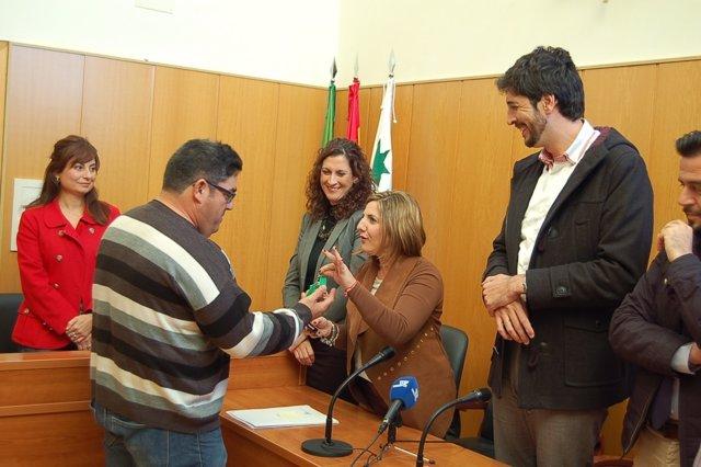 La presidenta de la Diputación entrega vivienas en San José del Valle