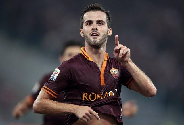 Miralem Pjanic, jugador de la Roma, celebra el primer tanto ante el Nápoles