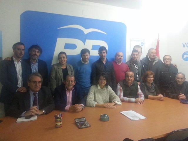 López Ares durante la reunión con la Junta local del PP en Grado