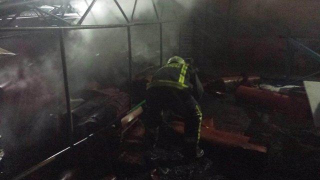 Bombero trabajando en la extinción del incendio
