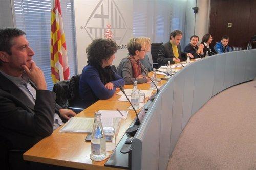 Barcelona exige al Gobierno central el cierre de los CIE