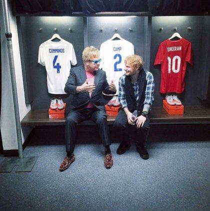 Ed Sheeran tiene que dejar de actuar solo y montar su propia banda, según su mánager Elton John