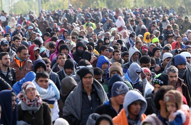 Un grupo de refugiados en Dobova, Eslovenia