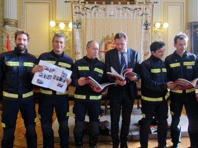 El alcalde junto con los autores del manual de bomberos.