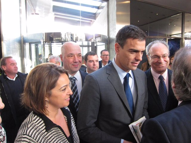 Sánchez, entre Durán y la alcaldesa y el presidente de la Diputación de Córdoba