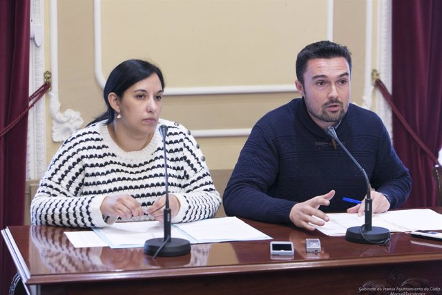 Los ediles gaditanos Ana Fernández y Martín Vila en rueda de prensa
