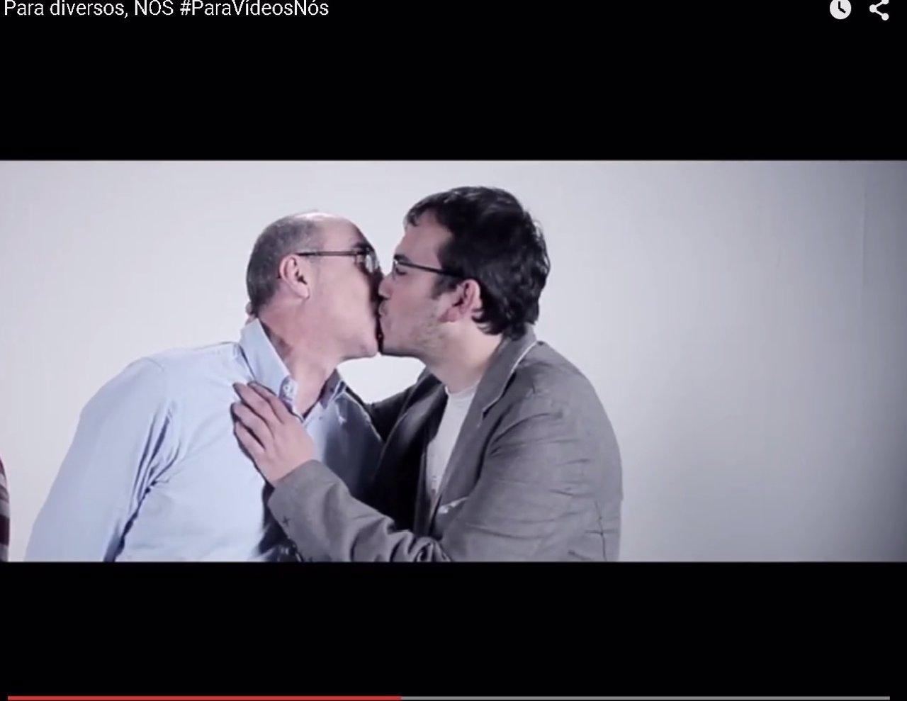 Pantallazo beso Jorquera y Carlos Callón NÓS-Candidatura Galega