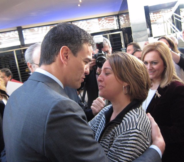 Pedro Sánchez saluda a la alcaldesa de Córdoba