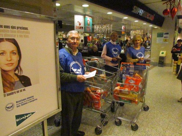 Voluntarios en la recogida de alimentos