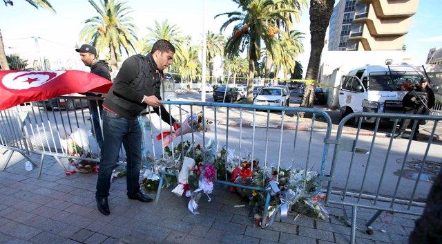Homenaje a las víctimas del atentado contra un autobús en Túnez